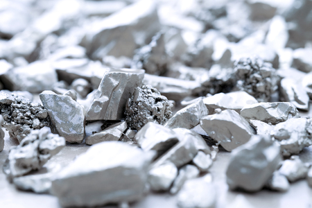 morceau d'argent ou de platine sur un sol en pierre