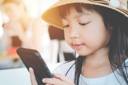 Asian child girls are addictive playing mobile phones, Game Addiction Archivio Fotografico