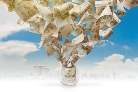 dinero volando: Vuelo del dinero fuera del cristal aislado en el cielo azul