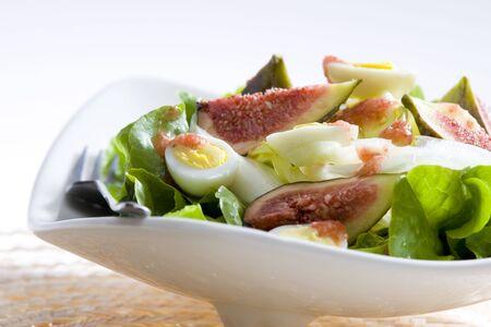 quail egg: salad with figs and quail eggs