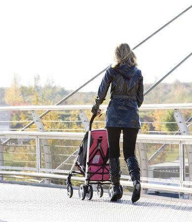 donna con carrozzina a piedi