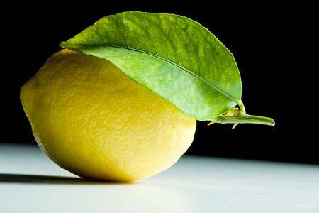 limón con una hoja