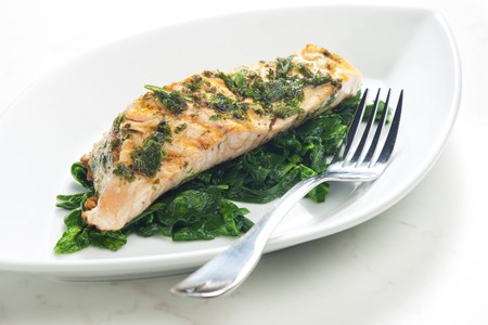 alimentation: grilled salmon with herbs on fried spinach