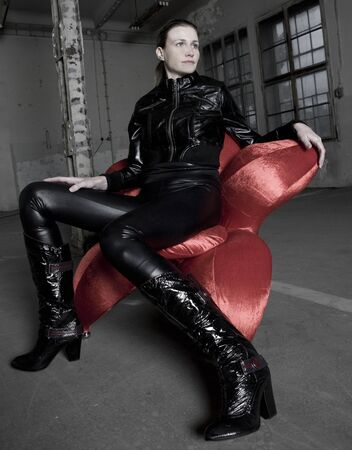 Frau sitzt in der Sessel  Standard-Bild