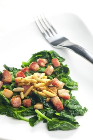 pignons de pin: frit �pinards avec bacon et noix de pin