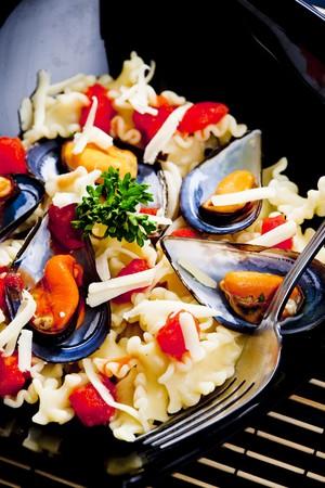 bodegones: pasta con mejillones y tomate picado  Foto de archivo