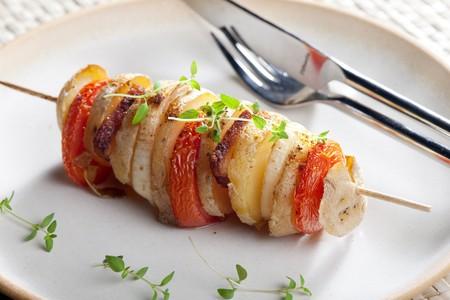 bodegones: Pincho de patata y verduras  Foto de archivo