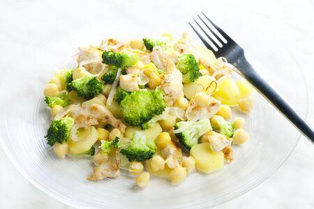 bodegones: carne de pollo con br�coli, patatas y garbanzos.  Foto de archivo
