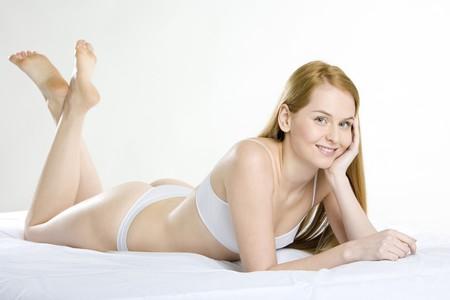tanga: sdraiato donna indossare biancheria intima