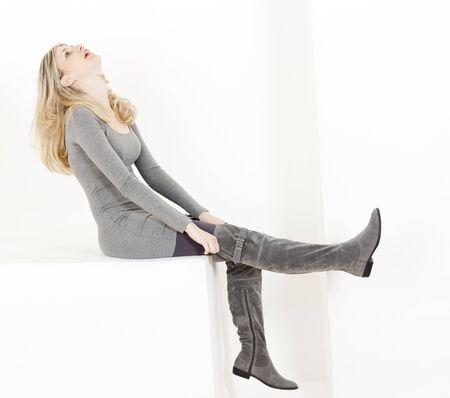 botas: mujer de sesi�n llevando botas gris de moda