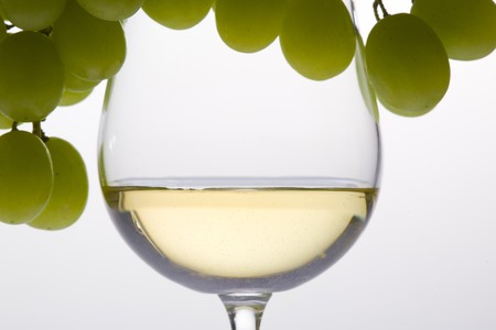 bodegones: Wineglass con vino blanco y uva