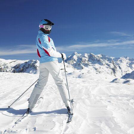 skieer: vrouw skiër, de bergen van de Alpen, Savoie, Frankrijk Stockfoto