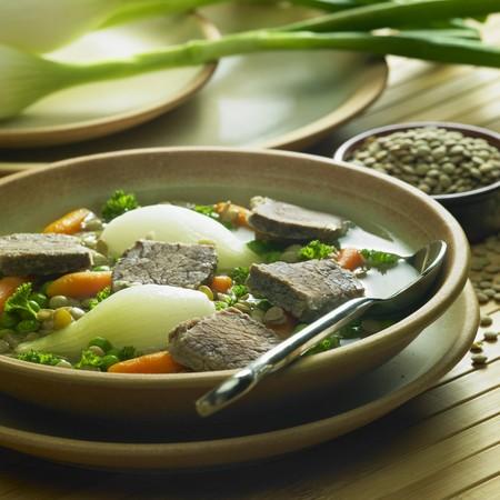 렌즈 콩: beef soup with vegetables and lentils