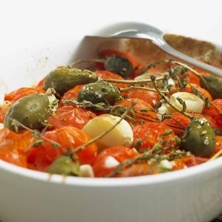 alcaparras: Ensalada de tomate caliente con alcaparras