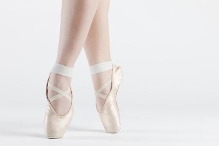 ballet cl�sico: detalle de bailarina de ballet s pies