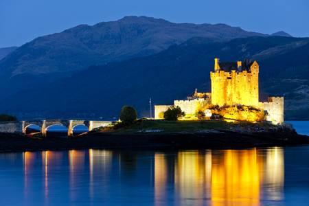 夜、湖 Duich、スコットランドでアイリーンドナン城