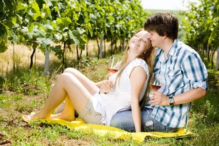 convivialit�: couple � un pique-nique dans le vignoble