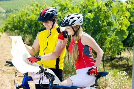 r�publique  tch�que: motards d�tenant une carte dans le vignoble, R�publique tch�que