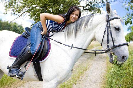 mujer en caballo: ecuestre a caballo