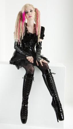 dreadlocks: joven con rastas vistiendo botas y ropa extravagante