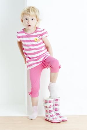 kleines Mädchen Gummistiefel anziehen Lizenzfreie Bilder - 10479559