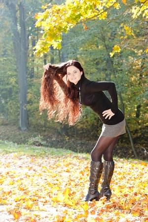 backlit: mujer joven en la naturaleza de oto�o