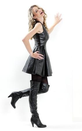 stehend Frau mit schwarzem Kleid und schwarze Stiefel Lizenzfreie Bilder - 10683529