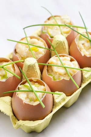 scrambled eggs: huevos revueltos con cebollino Foto de archivo