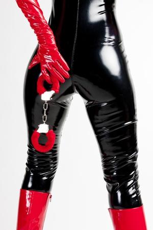 détail de femme debout avec des menottes