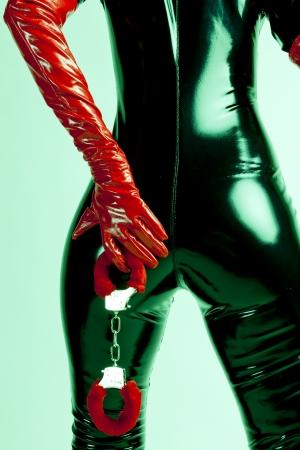 手錠で立っている女性の詳細 写真素材 - 13679567
