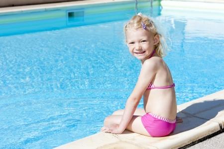 Kleines Mädchen in Schwimmbad Standard-Bild - 13680815