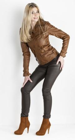mujer que estaba con ropa de color marrón y zapatos marrones de moda Foto de archivo - 13892809