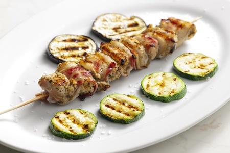 turkey bacon: spiedino di tacchino con pancetta e verdure grigliate Archivio Fotografico