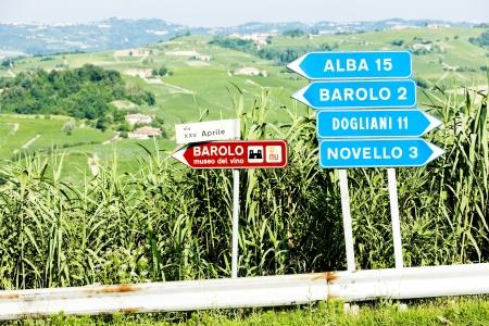 panneaux de signalisation près de Barolo, Piémont, Italie