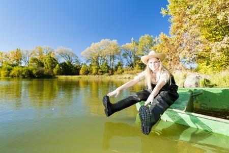 pêcheuse assis sur le bateau Banque d'images