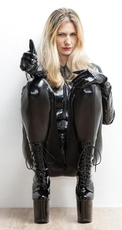 mujer sentada vistiendo ropas extravagantes Foto de archivo - 18604267