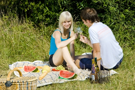 easygoing: couple at a picnic