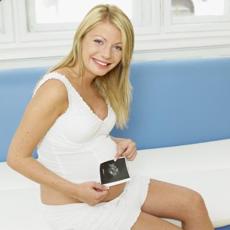 sonograma: mujer pregnat con un sonograma de su beb� Foto de archivo