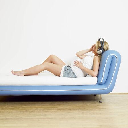 mammas: pregnat woman with headphones