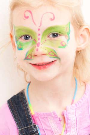 peinture visage: portrait de petite fille avec la peinture de visage