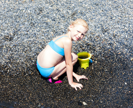 어린 소녀: little girl playing on the beach at sea 스톡 사진