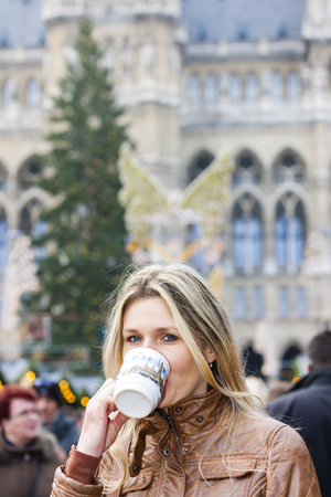 vin chaud: femme de boire du vin chaud au march� de No�l, Vienne, Autriche