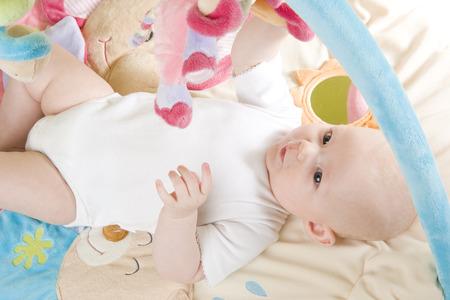 girl lying down: ni�a acostado sobre la reproducci�n de mat