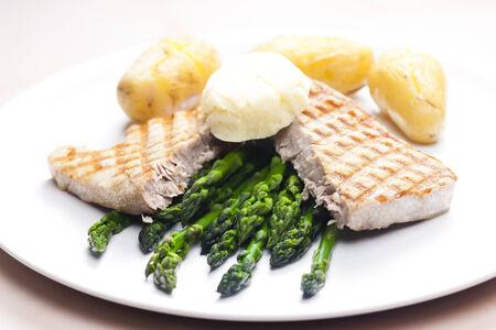 unpeeled: tuna steak with green asparagus and unpeeled potatoes