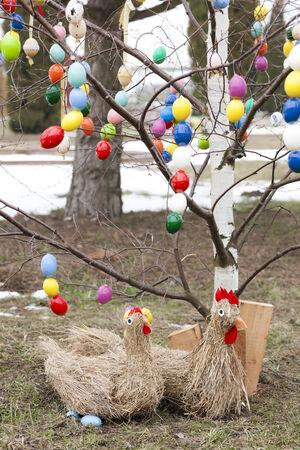 arbol de pascua: �rbol de Pascua con la decoraci�n de Pascua Foto de archivo