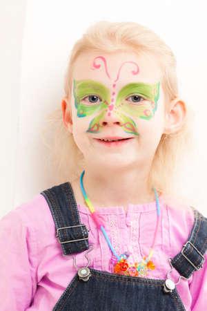 caritas pintadas: retrato de la ni�a con pintura de la cara