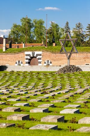terezin: Piccola Fortezza Theresienstadt con il cimitero, Terezin, Repubblica Ceca Archivio Fotografico