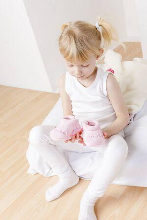 rompers: ni�a con ropa y zapatos para un beb�
