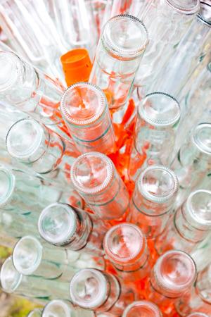 botellas vacias: Las botellas vac�as de vino en el estante Foto de archivo