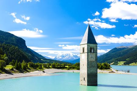 Torre della chiesa affondata in Lago di Resia, Alto Adige, Italia Archivio Fotografico - 38198305